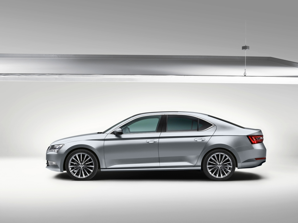 Skoda_Superb_Side_P1_15_01_30