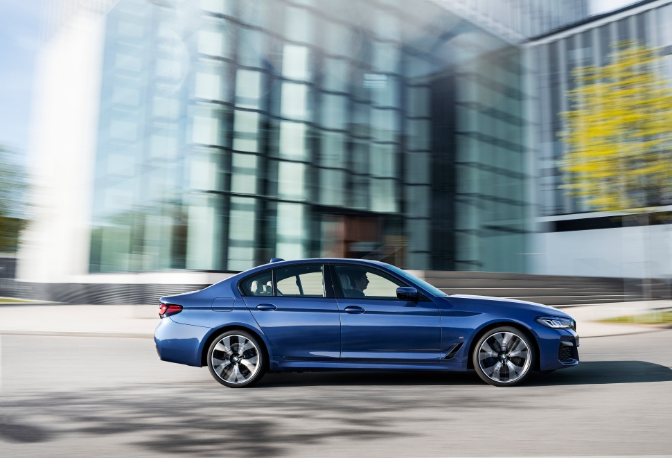 P90389009_highRes_the-new-bmw-530e-xdr