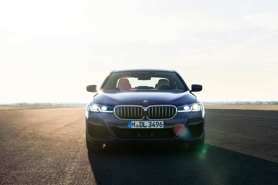 P90389013_highRes_the-new-bmw-530e-xdr