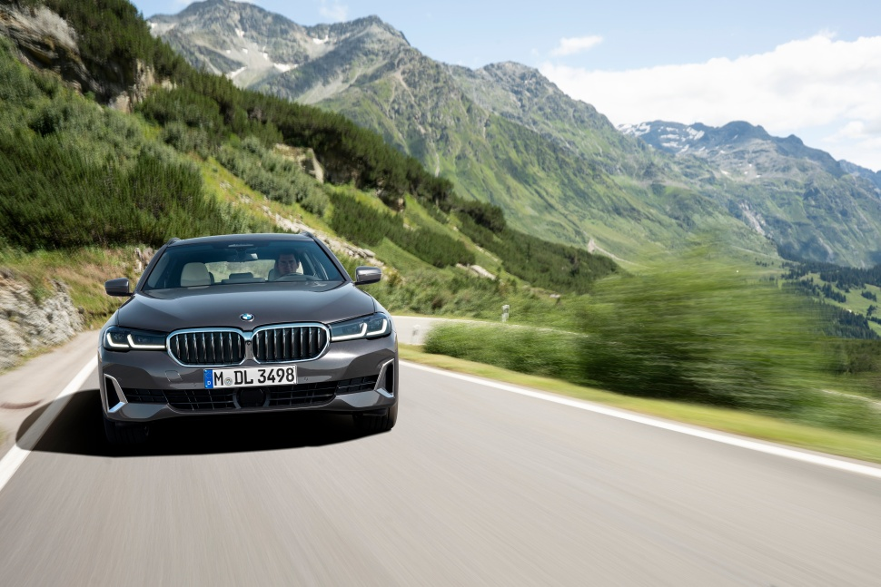 P90389088_highRes_the-new-bmw-530i-tou